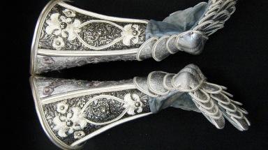 Side view of gloves, illustrating finger reticulation